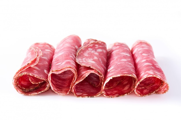Verse salami worst plakjes op een witte ondergrond Premium Foto