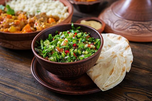 Verse salsasalade met tomaten, peper, uien en kruiden. mexicaanse groentesalade. veganistisch eten. Premium Foto