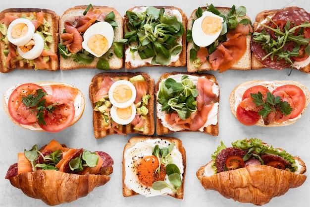 Verse sandwichesregeling op witte achtergrond Gratis Foto