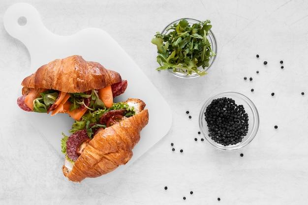 Verse sandwichessamenstelling op witte achtergrond Gratis Foto