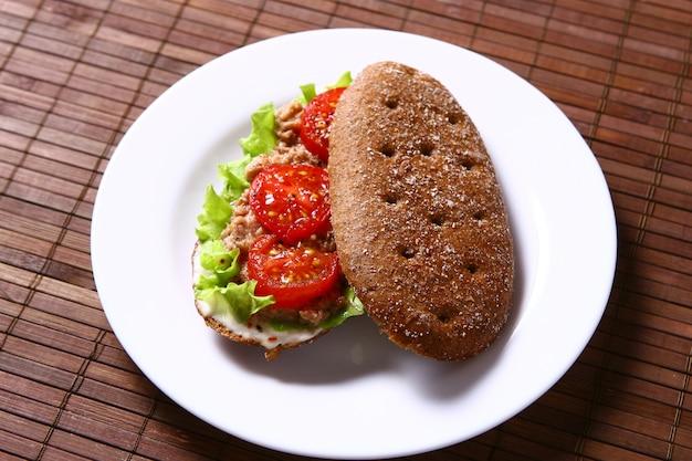 Verse sanswich met tonijn en groenten Gratis Foto