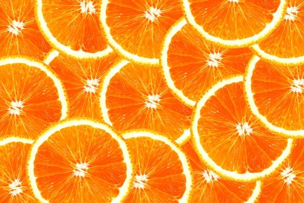 Verse, sappige stukjes sinaasappel overlappen voor achtergrond Premium Foto