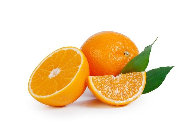 Verse sinaasappel die op witte achtergrond wordt geïsoleerd Premium Foto