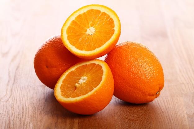 Verse sinaasappelen op een houten bord Gratis Foto
