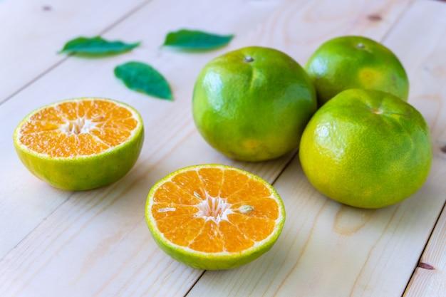 Verse sinaasappelen op houten tafel. Premium Foto