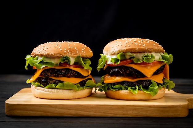 Verse smakelijke hamburger Premium Foto