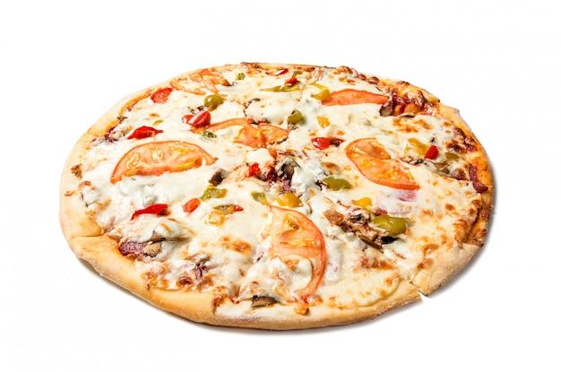 Verse smakelijke pizza met tomaten, olijven, kaas, worst en champignons geïsoleerd op wit. Premium Foto