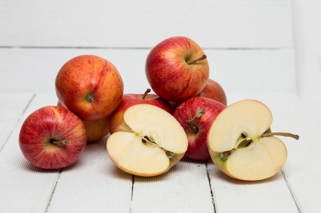 Verse smakelijke rode appelvruchten die op een witte achtergrond worden geïsoleerd. Premium Foto