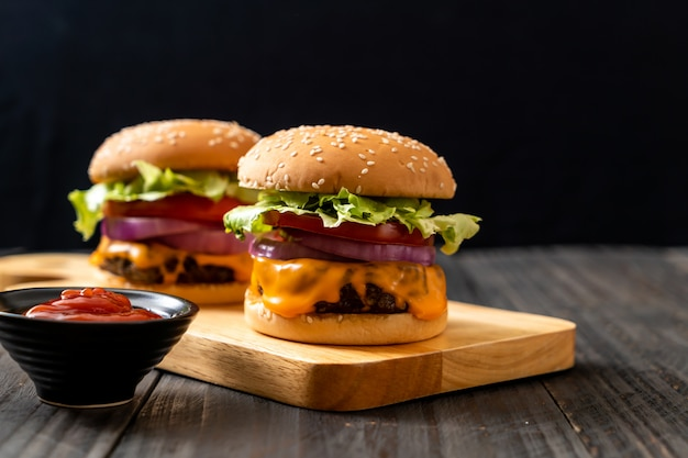 Verse smakelijke rundvleesburger met kaas en ketchup Premium Foto