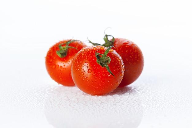 Verse tomaat die op wit wordt geïsoleerd Premium Foto