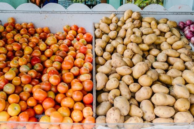 Verse tomaat en aardappel in de markt Gratis Foto