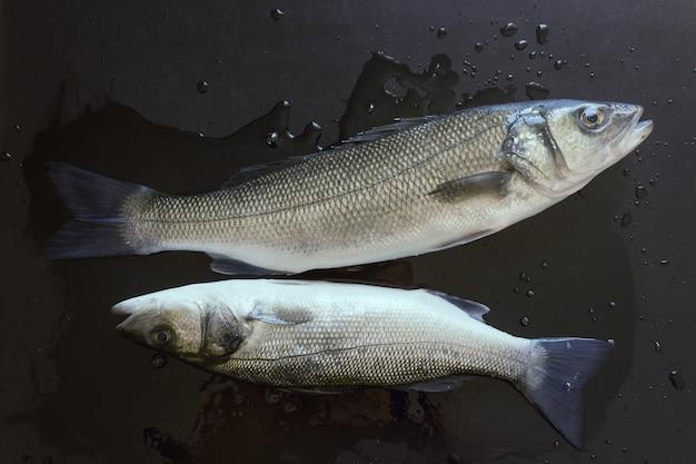 Verse vis op een zwarte stenen tafel Premium Foto