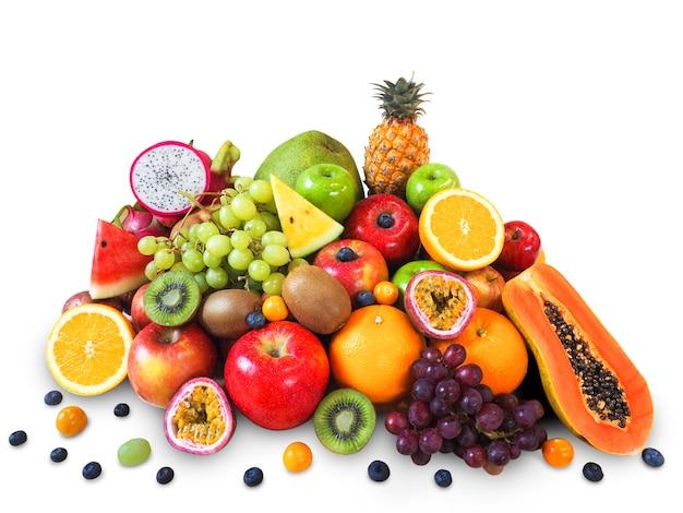 Verse vruchten die op witte achtergrond worden geïsoleerd. Premium Foto