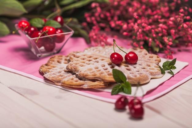 Verse wafels met fruit in de zomertijd Gratis Foto