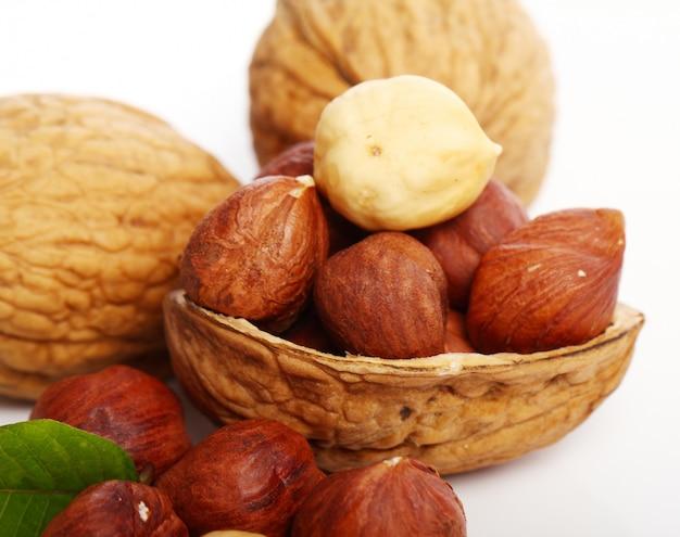 Verse walnoot met leavess en hezelnuts Gratis Foto