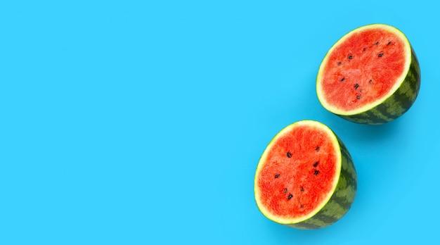Verse watermeloen op blauwe achtergrond. Premium Foto