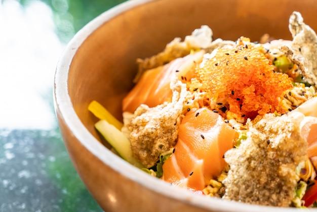 Verse zalm rauwe salade met gebakken zalmhuid Premium Foto