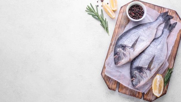 Verse zeebrasem vis op houten bord kopie ruimte Premium Foto