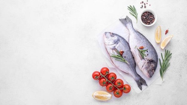 Verse zeebrasemvissen met kruiden en tomaten Premium Foto