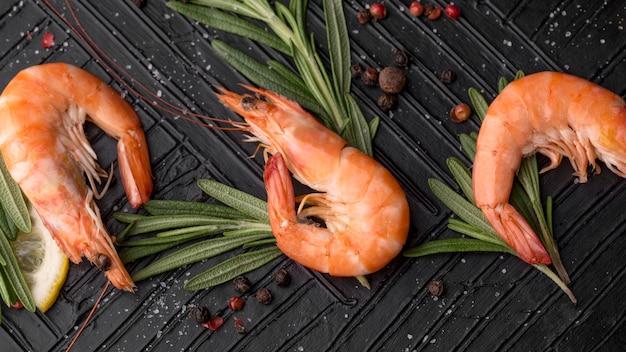 Verse zeevruchten garnalen bovenaanzicht Gratis Foto