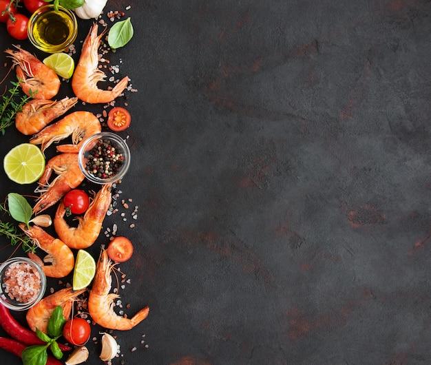 Verse zeevruchten - garnalen met groenten. achtergrond met copyspace Premium Foto