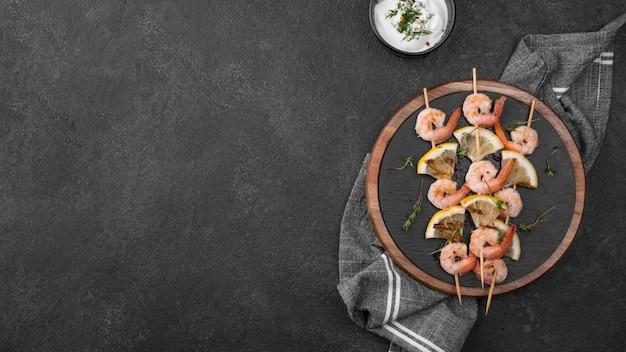 Verse zeevruchten garnalen spiesjes kopie ruimte Premium Foto
