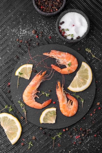 Verse zeevruchtengarnalen en kruiden Gratis Foto
