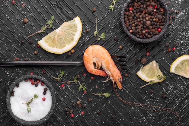 Verse zeevruchtengarnalen met kruiden en citroen Gratis Foto