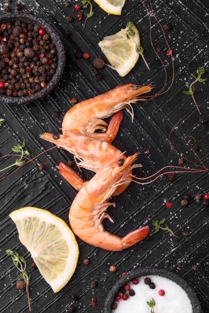 Verse zeevruchtengarnalen met zout Gratis Foto