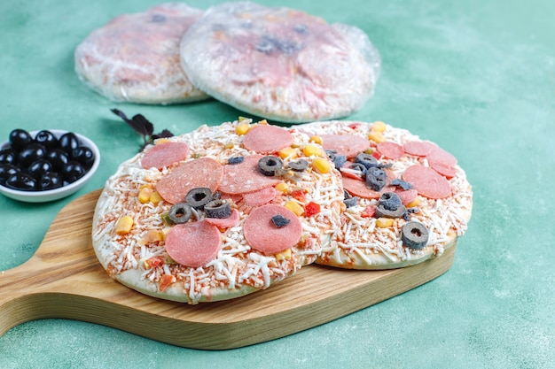 Verse zelfgemaakte bevroren minipizza's. Gratis Foto