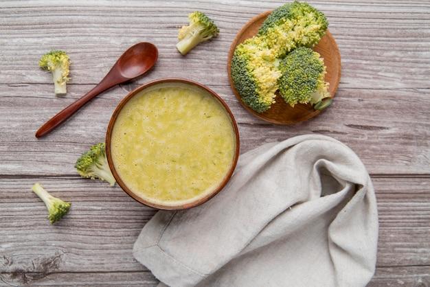 Verse zelfgemaakte broccoli soep bovenaanzicht Gratis Foto