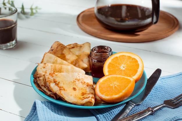 Verse zelfgemaakte franse pannenkoeken gemaakt met eieren, melk en meel, gevuld met marmelade op een vintage bord Gratis Foto