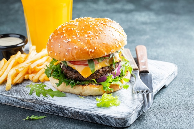 Verse zelfgemaakte hamburgers. Premium Foto