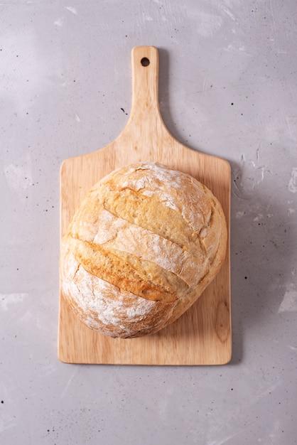 Verse zelfgemaakte knapperig brood, bovenaanzicht. stokbrood. brood bij zuurdeeg. ongezuurd brood Premium Foto