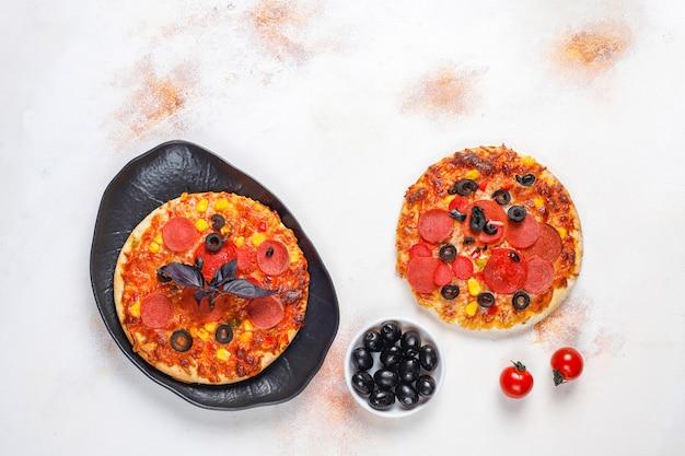 Verse zelfgemaakte minipizza's. Gratis Foto