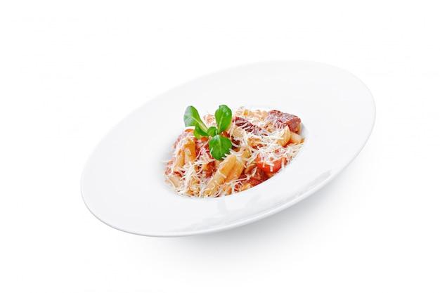 Verse zelfgemaakte pasta in een witte plaat schotel close-up Premium Foto