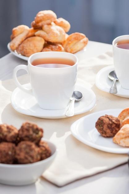 Verse zelfgemaakte suikerkoekjes met thee Premium Foto