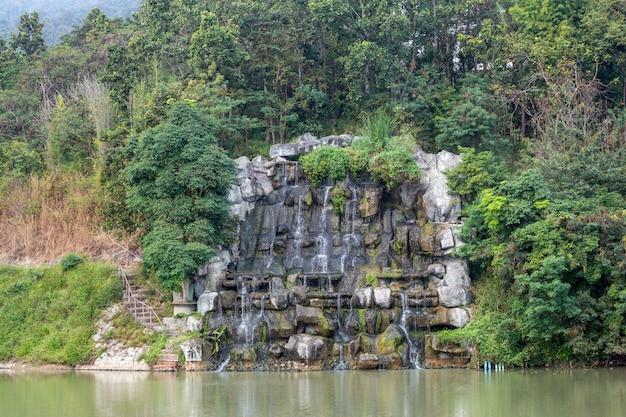 Versier de waterval in het natuurlijke landschap. Premium Foto