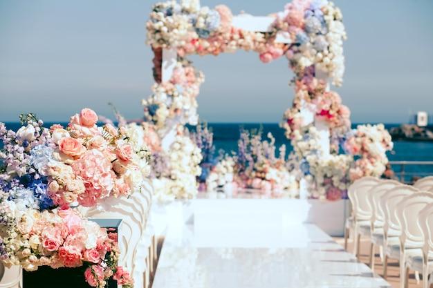 Versierd met bloemen exit huwelijksceremonie en boog Gratis Foto