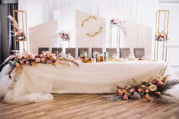 Versierde bruiloftstafels en halinterieur Gratis Foto