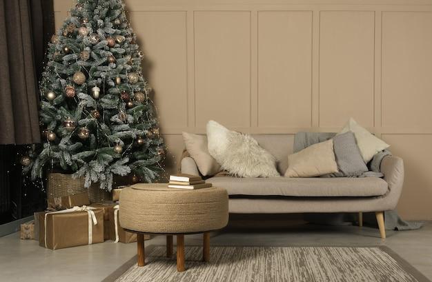 Versierde kerstboom en geschenken in beige woonkamer Premium Foto