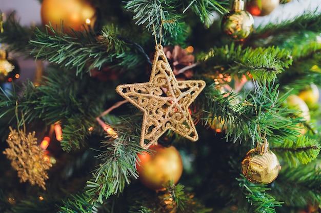Versierde kerstboom op wazig, sprankelend en sprookjesachtige achtergrond Premium Foto