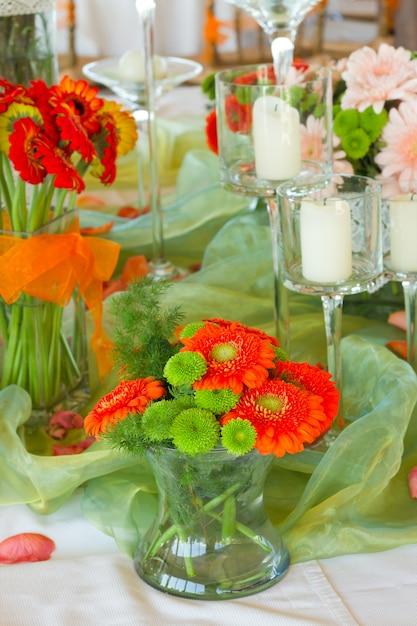 Versierde tafel met bloemen Premium Foto