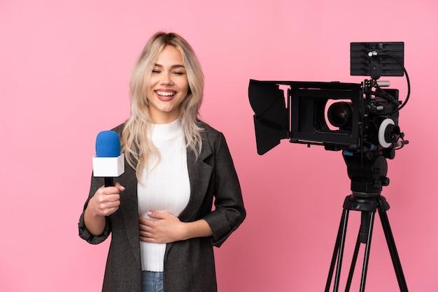 Verslaggeversvrouw met camera het lachen Premium Foto