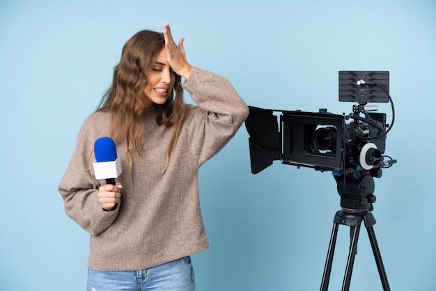 Verslaggeversvrouw met microfoon en camera Premium Foto