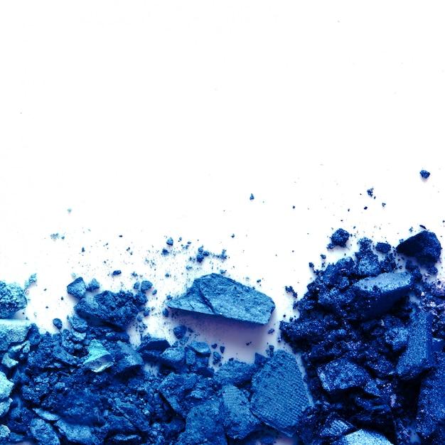 Verspreid oogschaduw cosmetisch poeder. kleur van het jaar 2020 classic blue. kopieer ruimte. Premium Foto