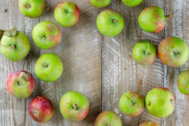 Verspreide appels op hout. plat leggen. Gratis Foto