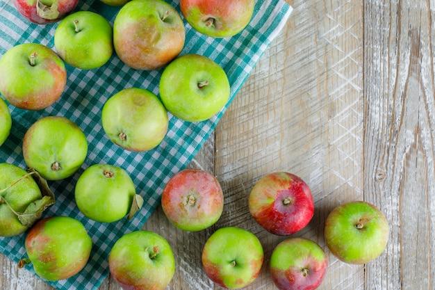 Verspreide appels op houten en picknickdoek. plat leggen. Gratis Foto