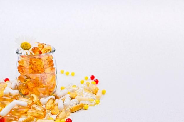 Verspreide omega, pillen, capsules en vitamines gezondheidszorg en voedingssupplementen Premium Foto