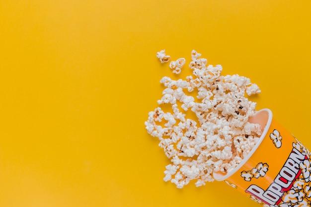 Verspreide popcorndoos Gratis Foto